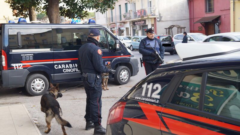 Tentano di rubare all'interno di un'auto in sosta. Arrestati due uomini