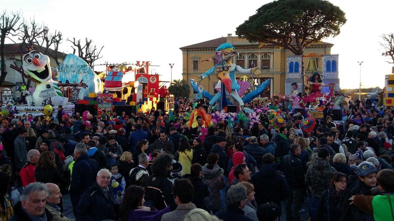 Carnevale Pietrasantino. La Lanterna trionfa nei carri, Strettoia nelle mascherate