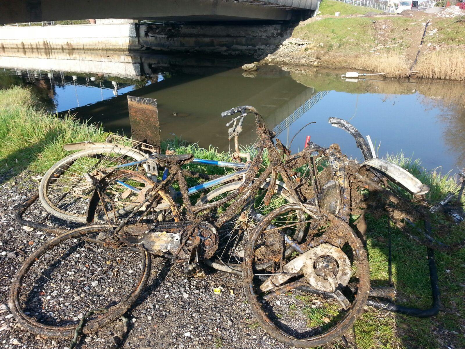 Rottami di biciclette e una transenna nel Fosso Motrone