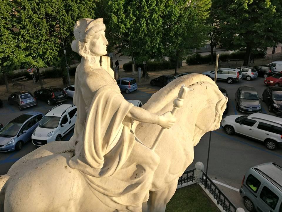 """Monumento ai Caduti, ricostruito l'arto """"mancante"""""""