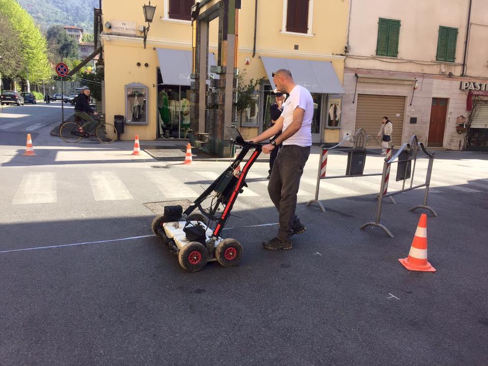 Alla ricerca di un antico pozzo a Pietrasanta, in azione il georilevatore