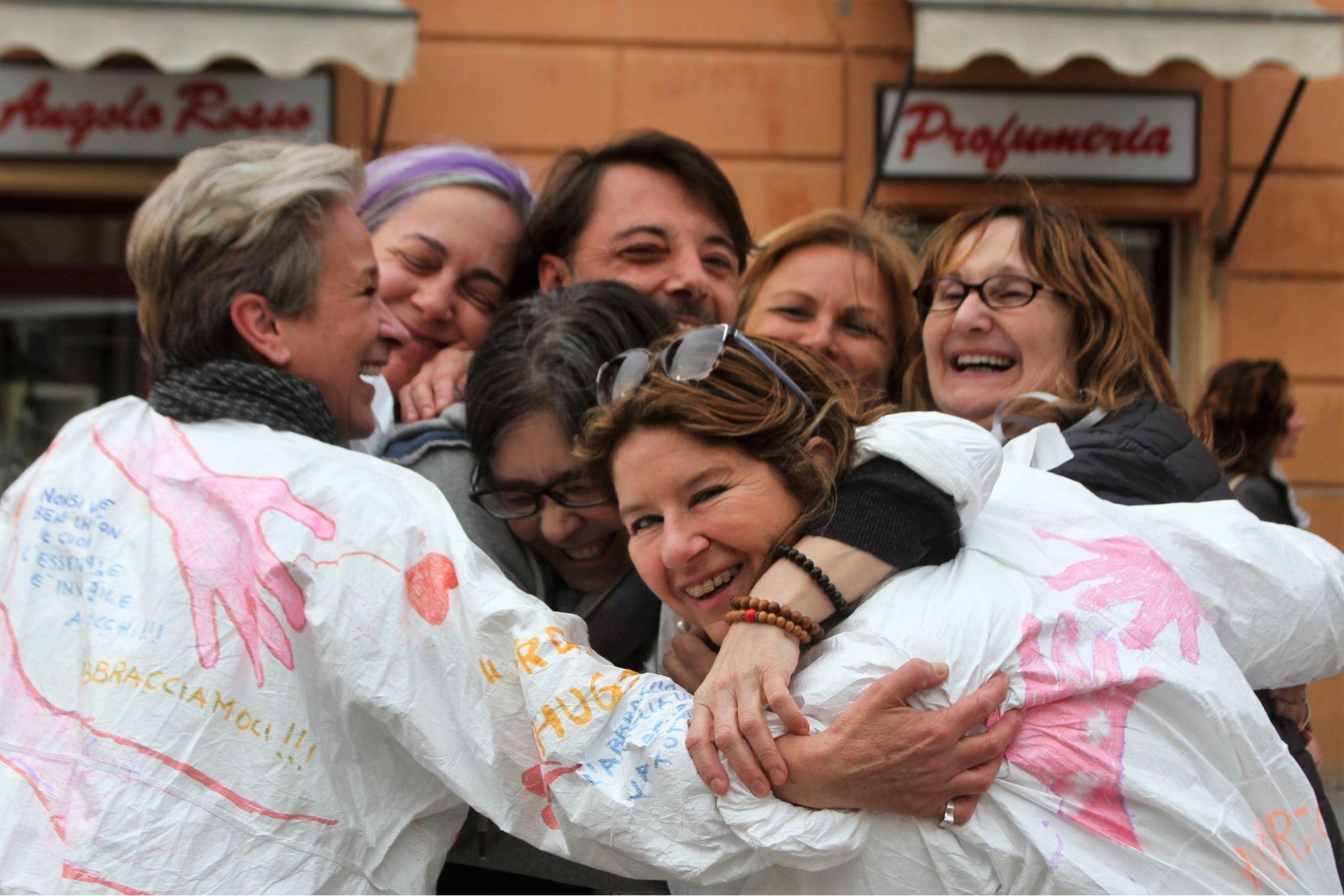 Abbracci gratis in Piazza Duomo per diffondere affetto e positività