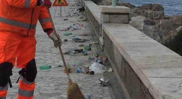 Pulizia straordinaria del molo di Viareggio, una scogliera di plastica e cartacce
