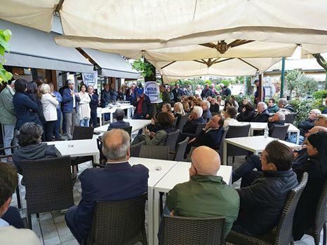 Folla e partecipazione a Vittoria Apuana per l'incontro con Michele Molino