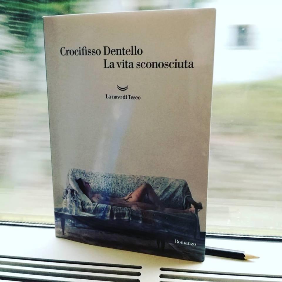 """Crocifisso Dentello, """"La vita sconosciuta"""" [recensione]"""