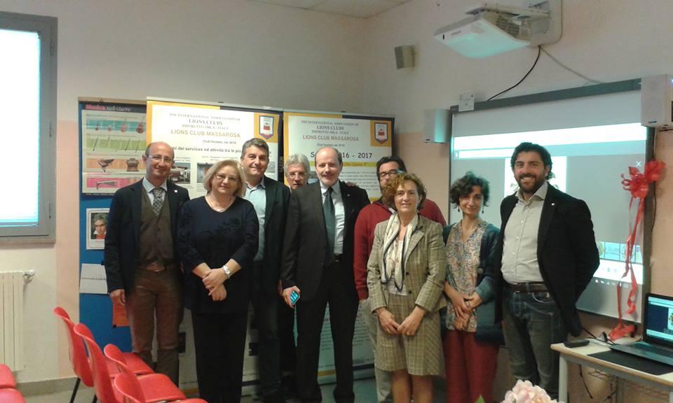 Lions Club di Massarosa dona una lavagna multimediale alla scuola