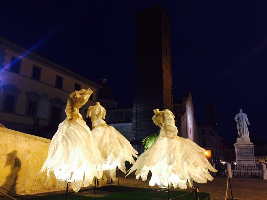 Ballerine che danzano nell'aria in piazza Duomo, un omaggio al Dap Festival