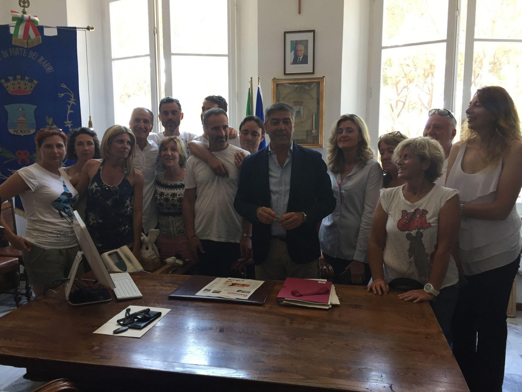 Passaggio di consegne a forte dei marmi il neo sindaco bruno murzi in municipio comune forte - Bagno bruno forte dei marmi ...