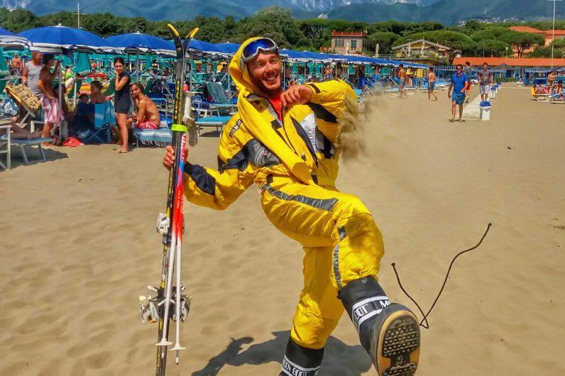 In spiaggia vestito da sciatore per una scommessa persa comune pietrasanta comuni cronaca - Bagno felice marina di pietrasanta ...