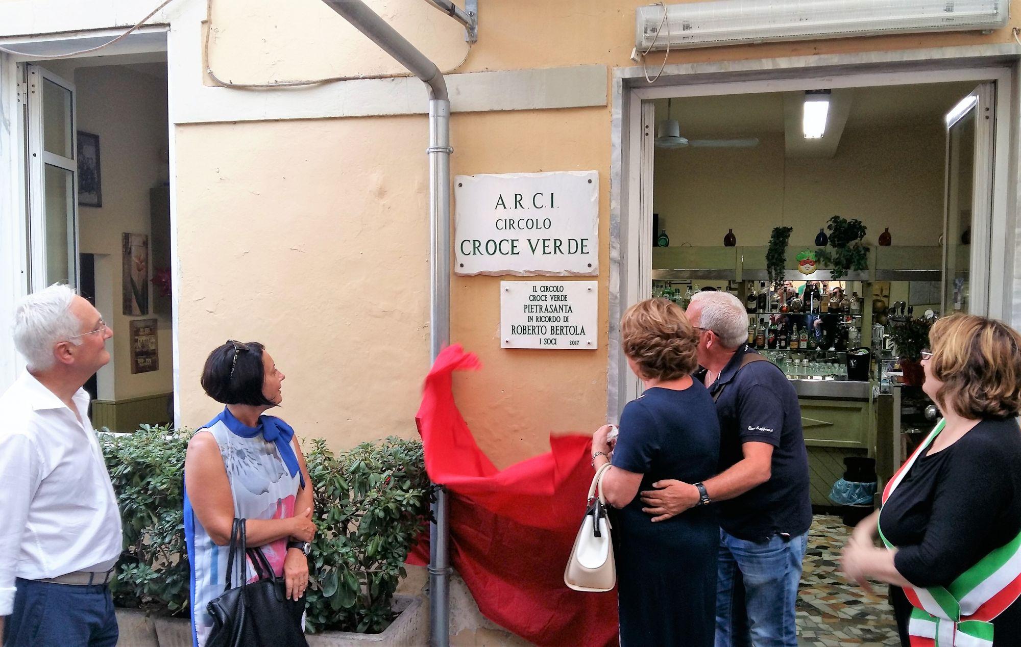 Scoperta la targa di marmo in onore di Roberto Bertola