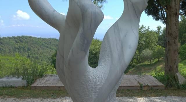 Una nuova scultura a Capezzano Monte, monumento di Anne-Claire agli alberi caduti