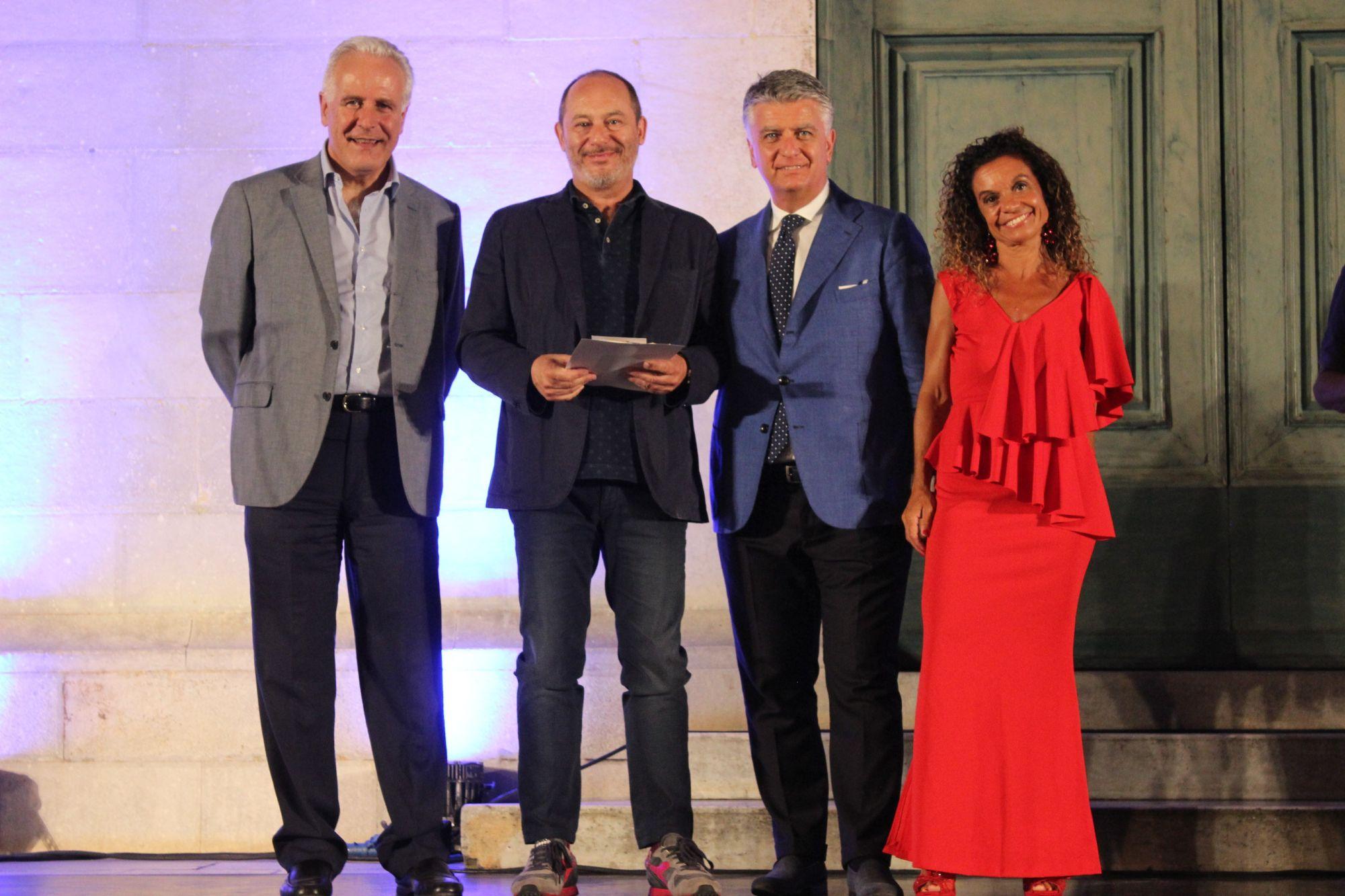 Foto premiazione Gian Maria Villalta con Giani, Mallegni e Cipriani