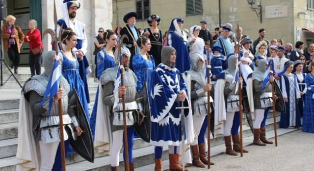 Flash mob medievale a Tonfano, sfila la contrada della Cervia in vista del primo Festival