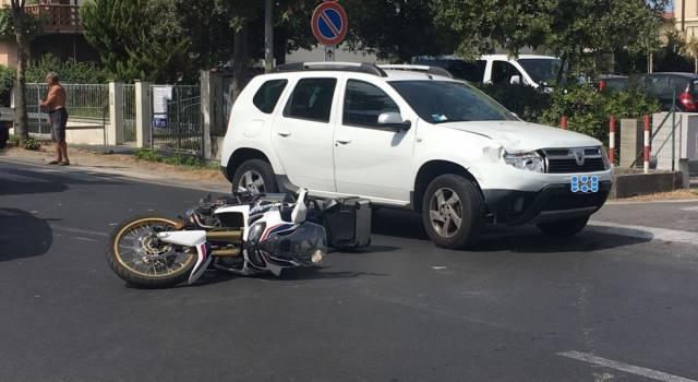 Incidente tra due auto e una moto, un ferito