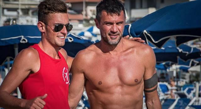 Paolo Maldini in formissima in spiaggia a Viareggio