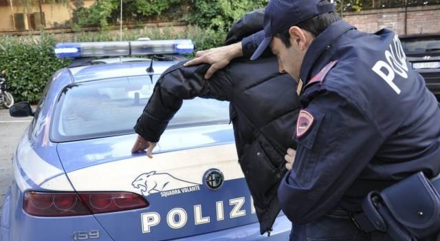 Entra in casa, trova un ladro col coltello e chiama la Polizia: arrestato il malvivente
