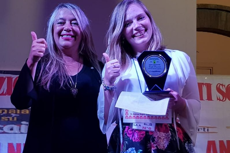 Debora Trasanini con la Vocal coach Sabrina Ceccarelli dopo la premiazione