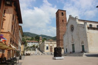 Foto centro storico con opera Sorensen