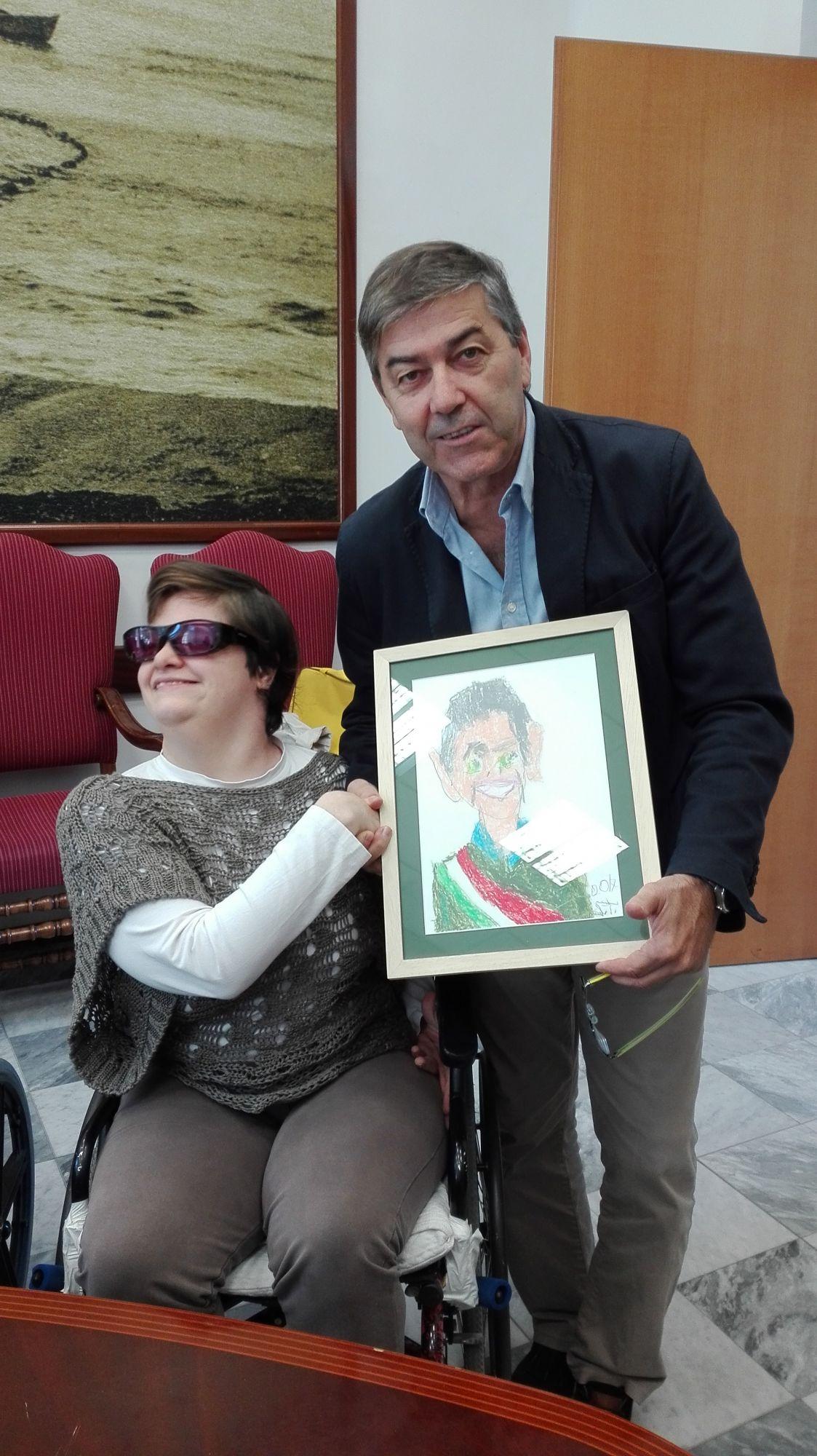 Donato al sindaco Bruno Murzi un ritratto ad opera di Stefania Tognetti dell'associazione A.B.C.