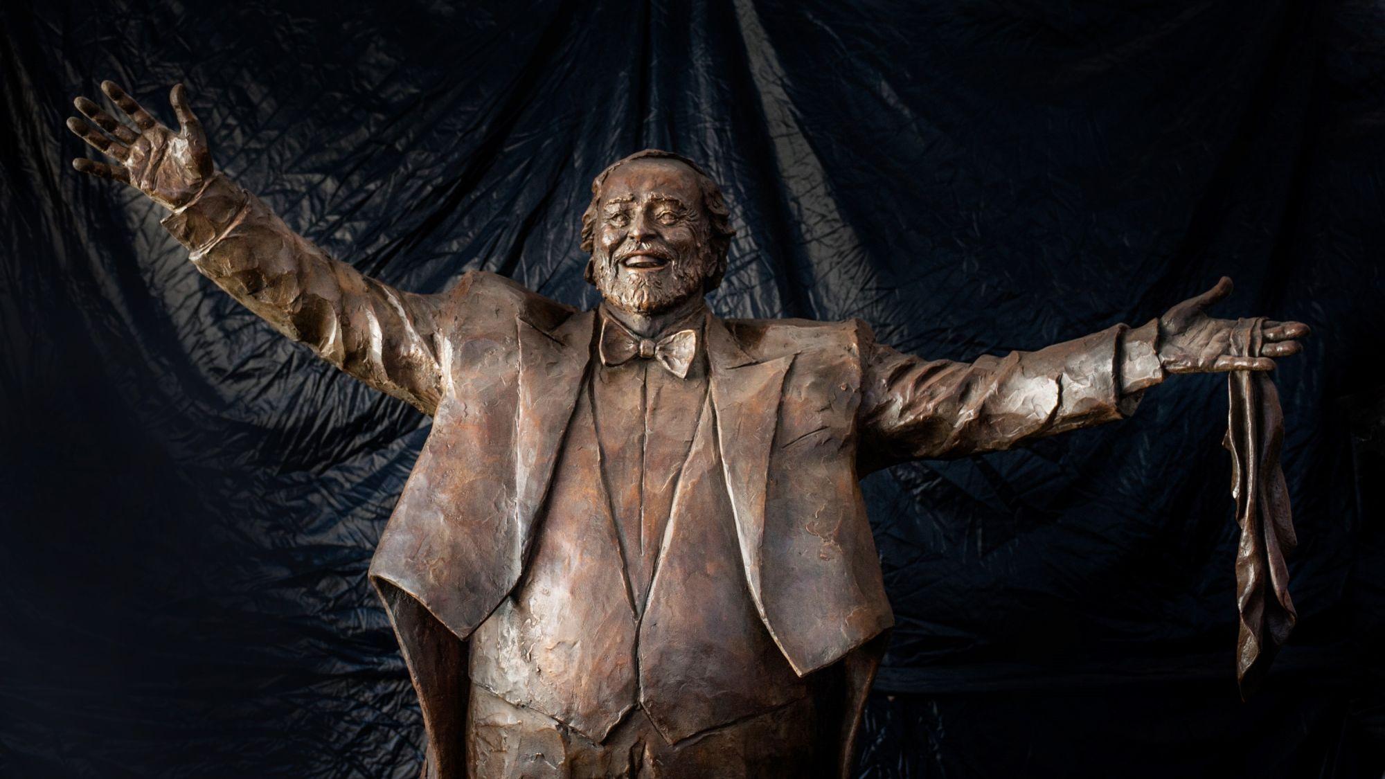 Al via il posizionamento della scultura di Pavarotti a Modena