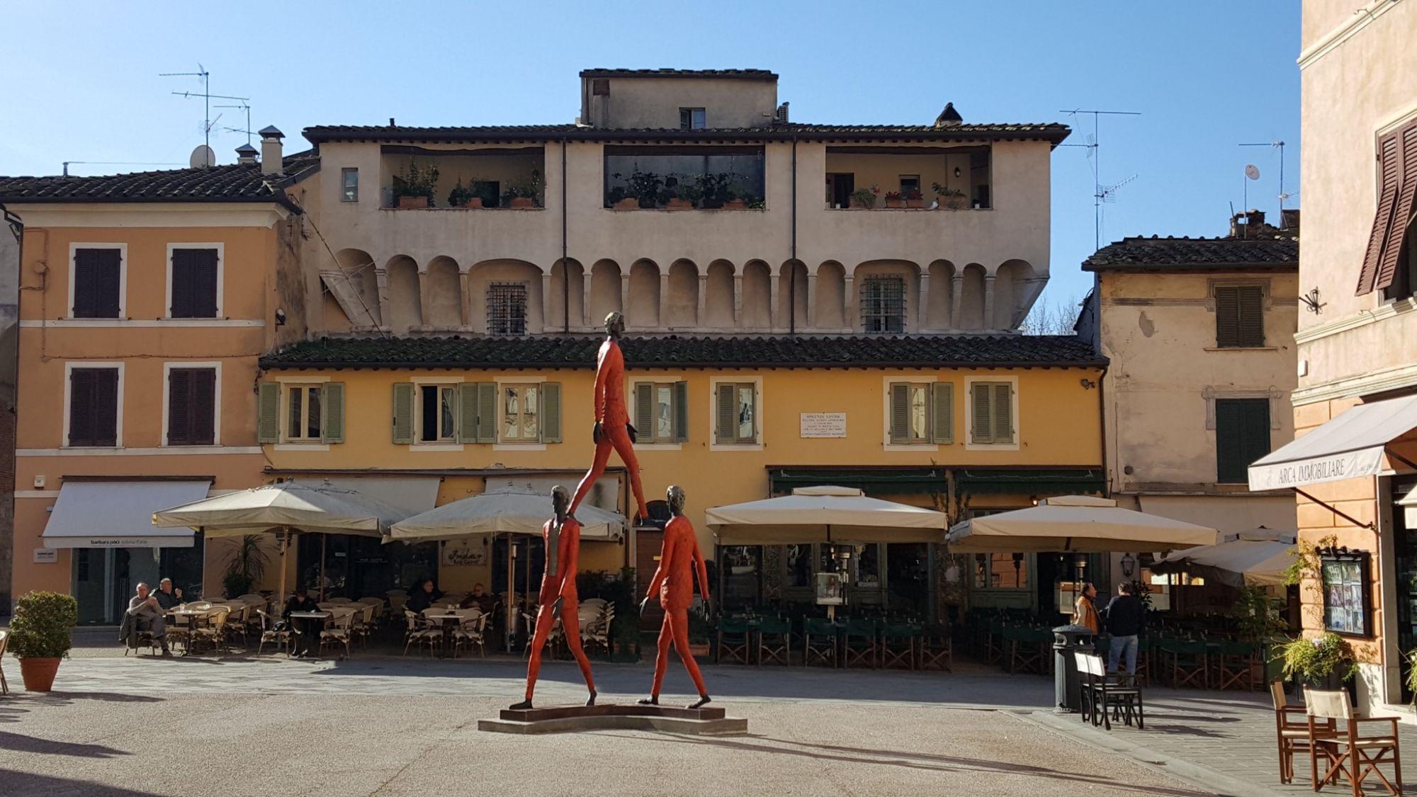 La poesia di Barni in Piazza del Duomo, 17 grandi opere in bronzo e tele
