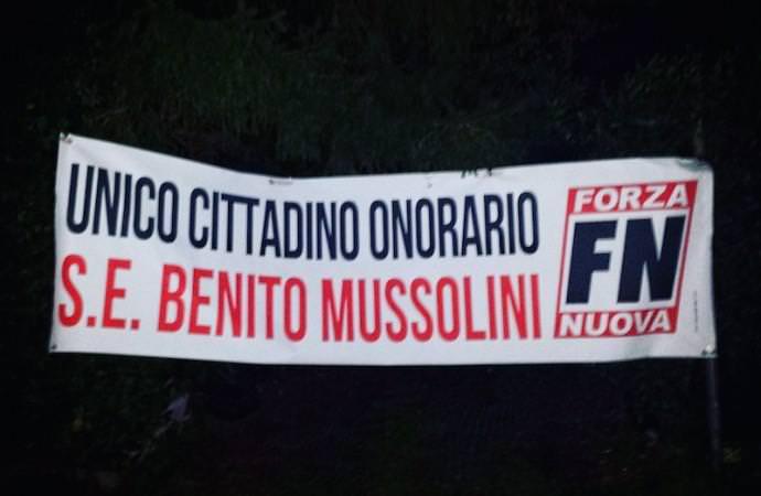 """Striscione di Forza Nuova contro il sindaco di Lucca: """"Apologia di fascismo"""""""