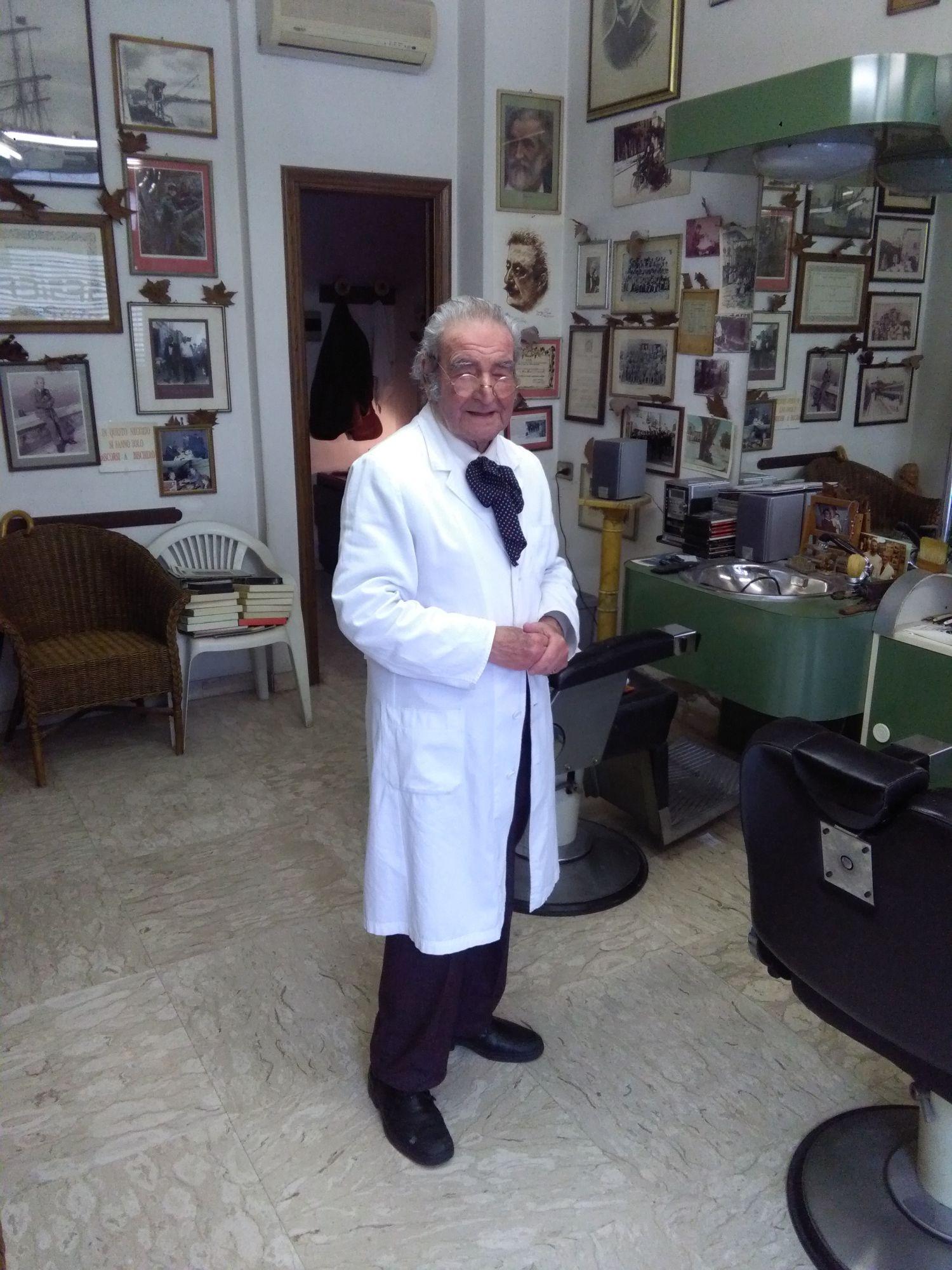 A Viareggio uno dei barbiere più longevo d'Italia