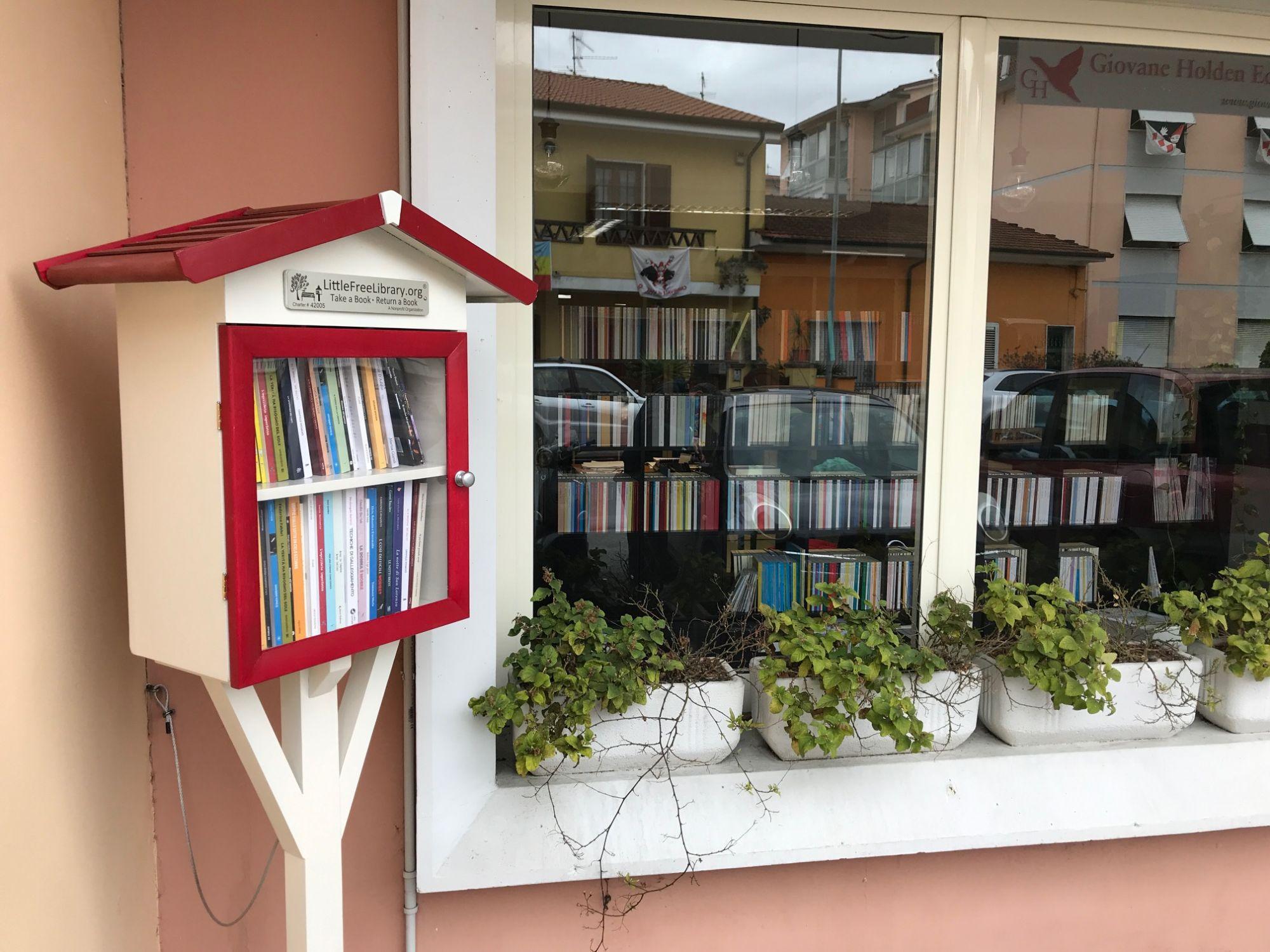 """Viareggio nella mappa mondiale delle """"Little Free Library"""" grazie a Giovane Holden Edizioni"""