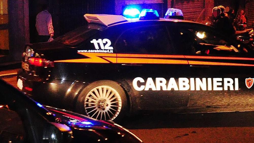Frma una macchina in mezzo alla strada e tenta di rapinare il conducente, arrestato