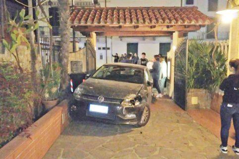 Incidente a Lido, auto finisce nell'atrio di un ristorante