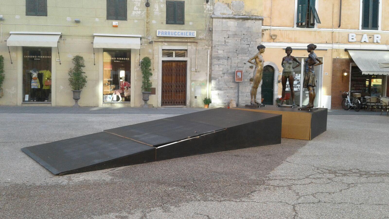 Ancora un incidente per la scultura di Paddy Campbell in piazza Duomo