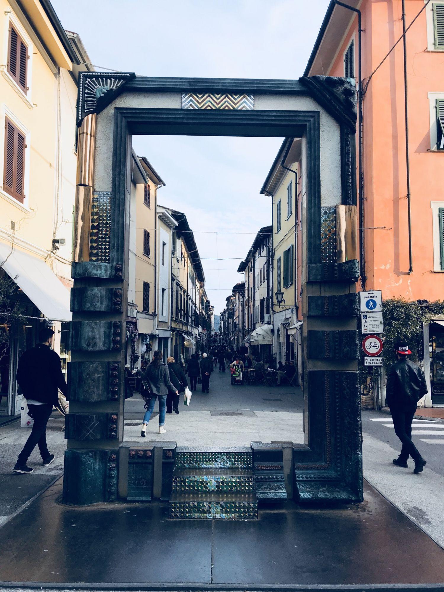 La porta su Pietrasanta