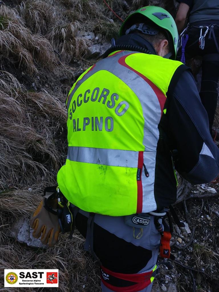 Precipita in un dirupo, muore un 55enne di Viareggio: la tragedia nei boschi della Valle del Serchio