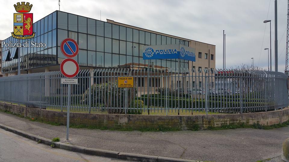 Coronavirus, il sindacato Fsp Polizia dona gel igienizzante per le volanti dei commissariati di Viareggio, Forte dei Marmi e della Questura di Lucca