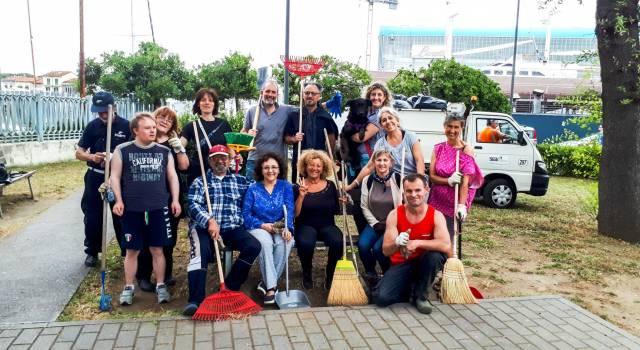 Volontari al lavoro per pulire la Chiesina dei Pescatori e la Madonnina del Parco