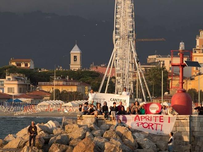 """""""Aprite i porti"""", mobilitazione e striscioni sul molo di Viareggio contro il razzismo"""