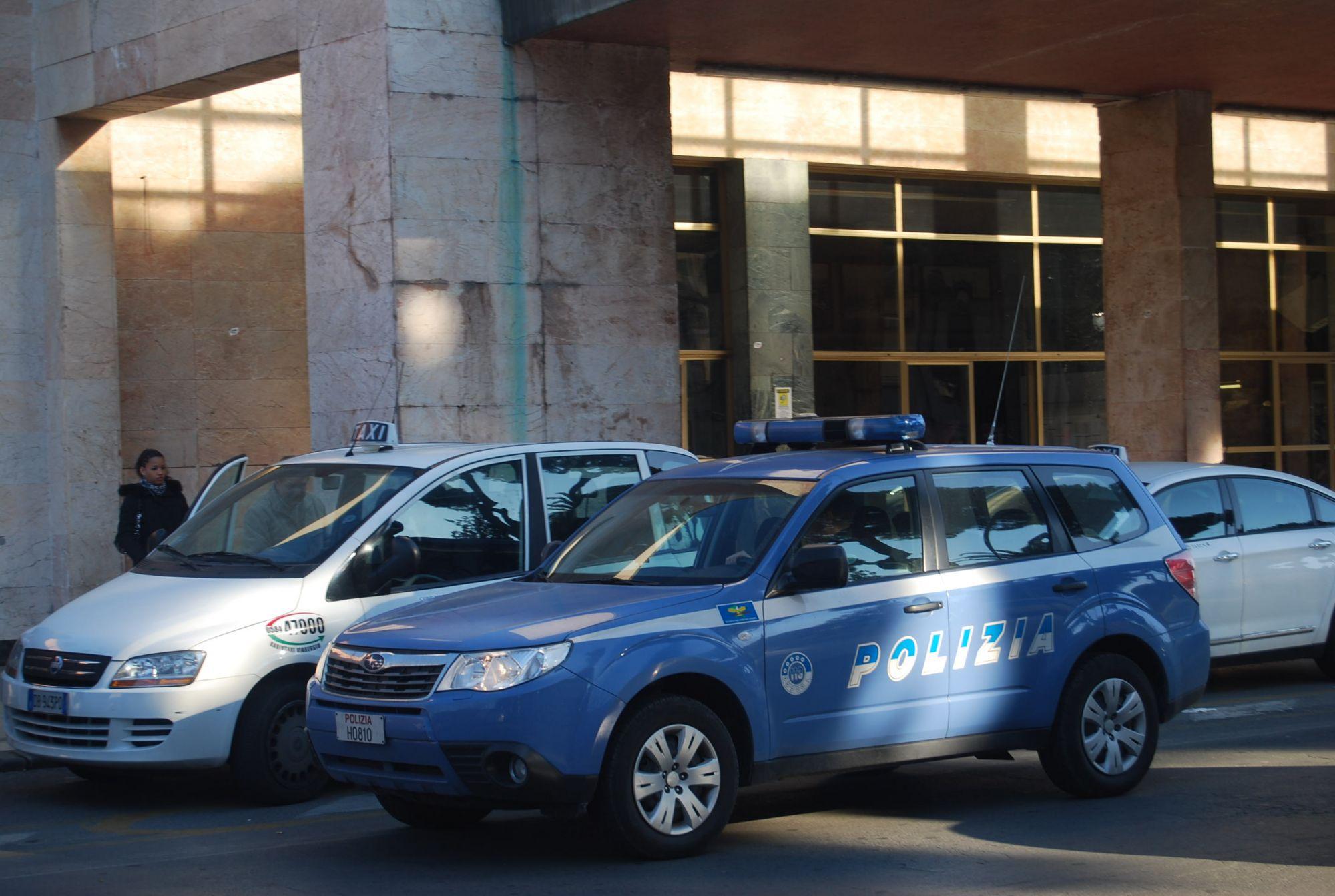 Si sdraia sui binari alla stazione di Viareggio per togliersi la vita: salvata dalla Polizia