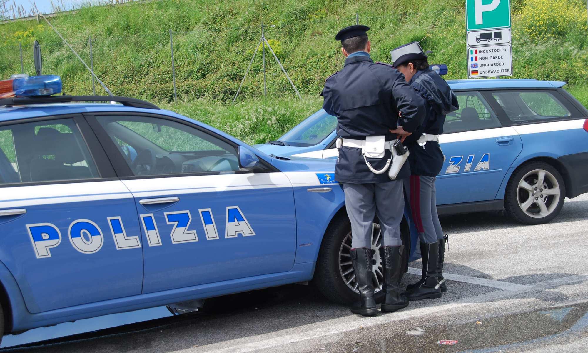 Va a sbattere contro due auto dopo aver bevuto troppo: arrestato dalla Polstrada