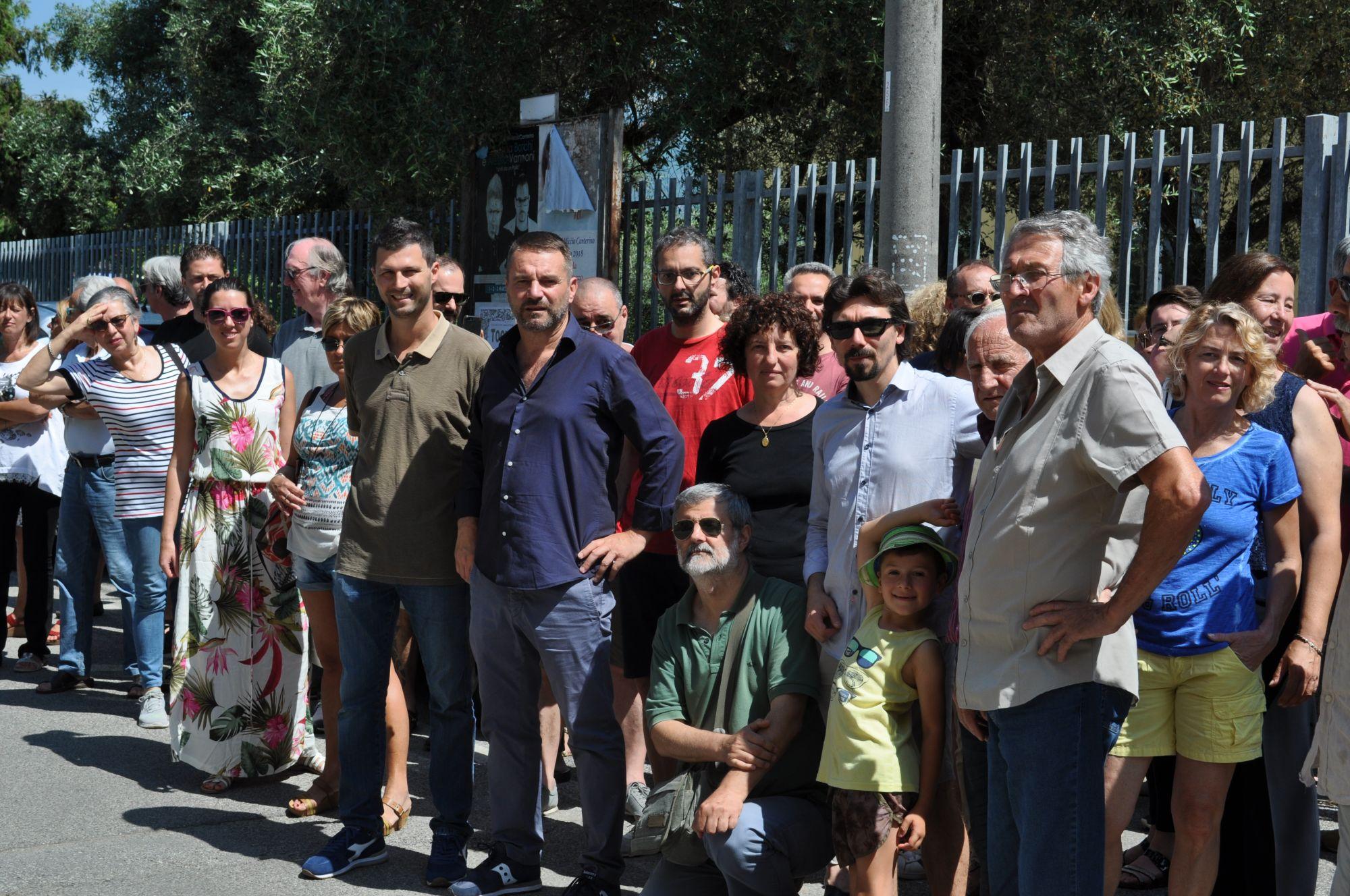 """Ettore Neri davanti alla scuola del Crociale: """"Diventerà un centro civico per la frazione. Basta con le bugie di Giovannetti"""""""