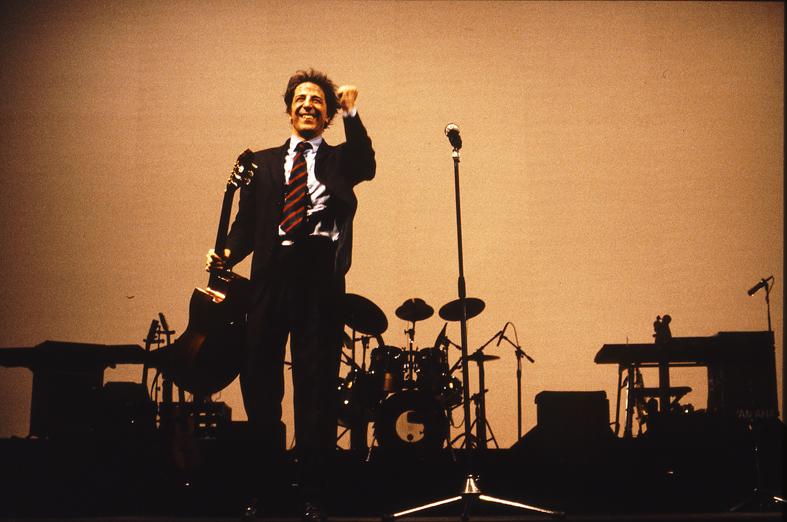 Giorgio Gaber live (ph Guido Harari)