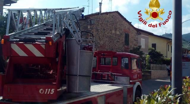 Lesioni al tetto, i pompieri evacuano una casa: tra gli abitanti un'anziana allettata