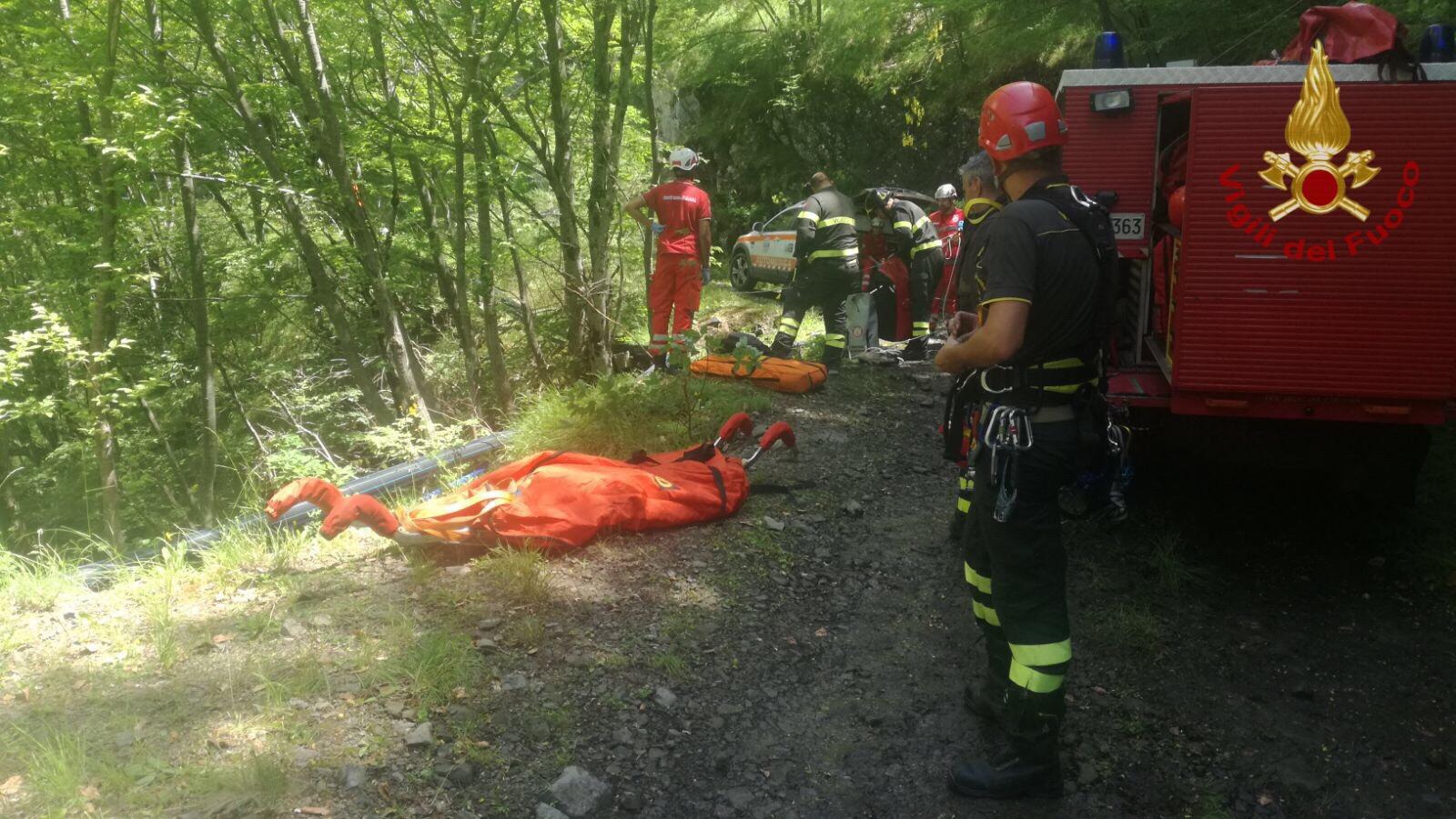 Cadono in una scarpata, feriti due motociclisti