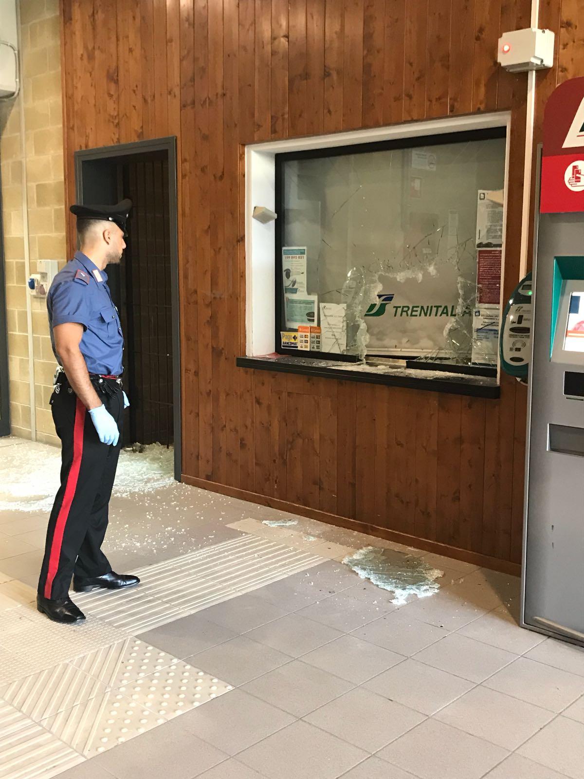 Vandali alla stazione, rotta la vetrata della biglietteria