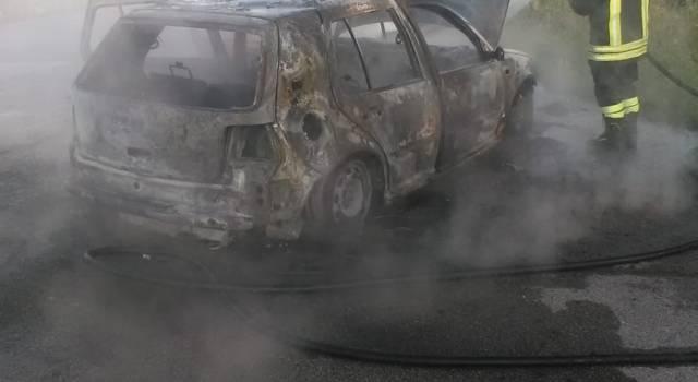 Auto a fuoco: conducente illeso