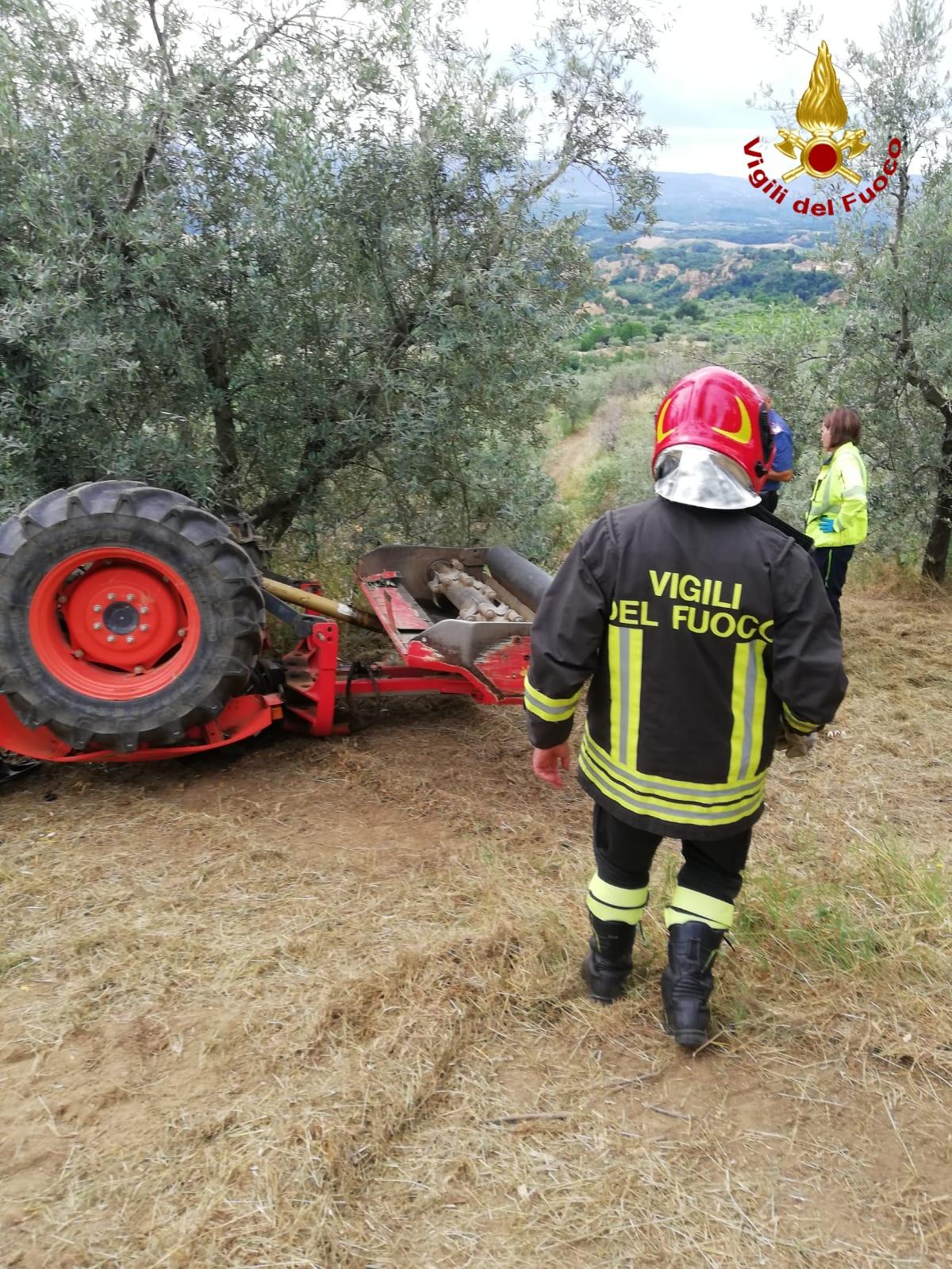 Si ribalta il trattore, muore un 64enne