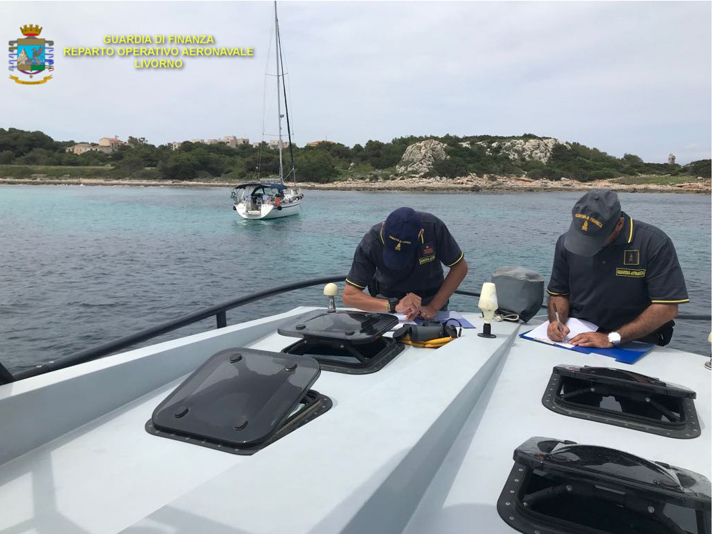 Alla fonda in un'area marina protetta, ripresi dalle telecamere: 1000 euro di multa