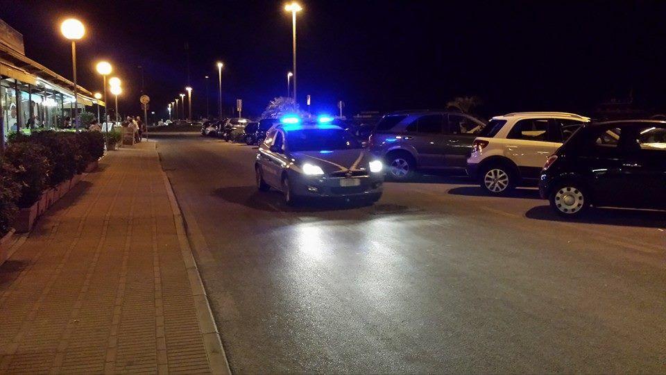"""Far West sul """"vialone"""" in Darsena: straniero rompe i vetri delle auto e ferisce una ragazza"""