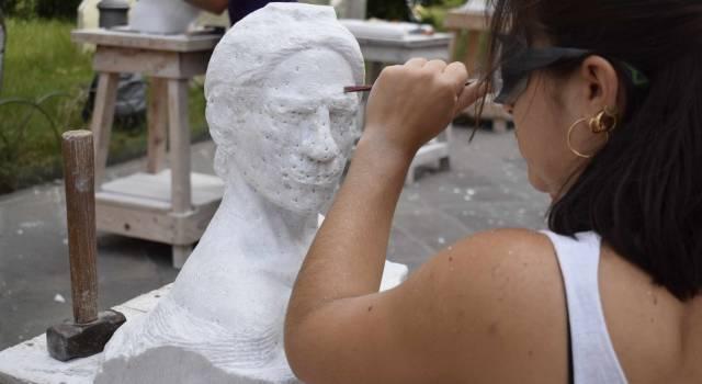 Sculture e scultori in piazza a Carrara