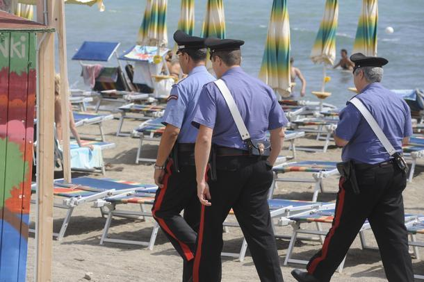 Adocchia uno zaino sotto un ombrellone e cerca di rubarlo: bloccato da un bagnino e arrestato dai Carabinieri
