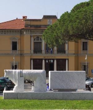 A Pietrasanta municipio colorato di azzurro per prevenzione oncologica